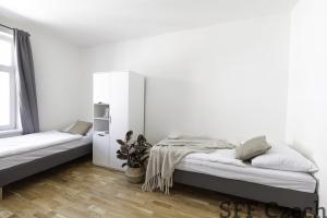 Double room in shared apartment Prague 10 close namesti Miru